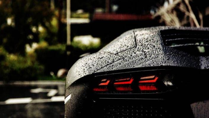 Wet Lamborghini with a ceramic coatings.